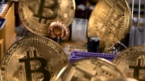 Monedas de Bitcoin y PWB impreso de la placa de circuito almacen de metraje de vídeo