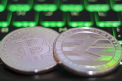 Monedas de Cryptocurrency en el teclado de ordenador iluminado fotografía de archivo libre de regalías