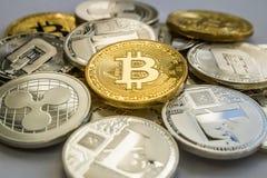 Monedas de Cryptocurrency de la ondulación y de la rociada de Bitcoin Litecoin Fotos de archivo