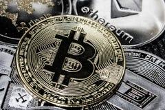 Monedas de Cryptocurrency Ondulación Litecoin de la rociada de Bitcoin Ethereum foto de archivo libre de regalías