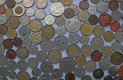 Monedas de diversas monedas que ponen uno al lado del otro - el euro, baño, dólar, libra y más fotos de archivo libres de regalías