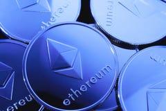 Monedas de Ethereum con el tinte azul fotos de archivo libres de regalías