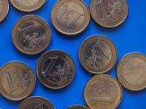 monedas de 1 euro, unión europea sobre azul Imagen de archivo