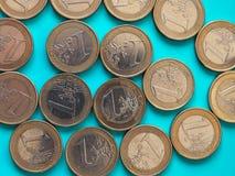 monedas de 1 euro, unión europea sobre azulverde Imagen de archivo