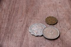 Monedas de Hong Kong en el piso de madera fotos de archivo