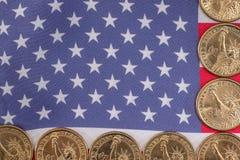 monedas de la bandera americana y del centavo, concepto del nacionalismo Fotos de archivo libres de regalías