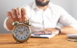 Monedas de la calculadora del reloj del hombre de negocios imagenes de archivo