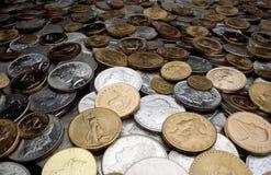 Monedas de la plata y de oro Imágenes de archivo libres de regalías