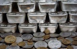 Monedas de la plata y de oro con las barras de plata Fotografía de archivo libre de regalías