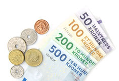 Monedas de las coronas danesas y billetes de banco doblados Fotos de archivo libres de regalías