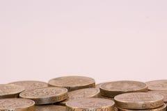 Monedas de libra BRITÁNICAS en el fondo blanco imagen de archivo