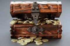 Monedas de libra en pecho de madera fotografía de archivo libre de regalías
