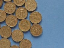 Monedas de libra, Reino Unido sobre azul con el espacio de la copia Foto de archivo libre de regalías