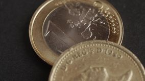 Monedas de libra y monedas euro con el tiro macro almacen de video
