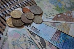 Monedas de los billetes de diversos países: China, Georgia, Serbia, Rumania, Croacia, Ucrania, la unión europea, los E.E.U.U., Po fotos de archivo