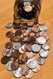 Monedas de los E.E.U.U. vaciadas del tarro de los ahorros fotos de archivo