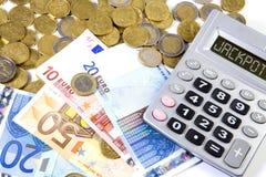 Monedas de los euros, billetes de banco y máquina de la calculadora en un backgr blanco Imagen de archivo libre de regalías