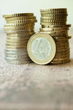 Monedas de los euros y de los centavos en fondo de madera Imagen de archivo libre de regalías
