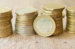 Monedas de los euros y de los centavos en fondo de madera Foto de archivo libre de regalías