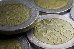 500 monedas de los Pesos colombianos Macro de la composición de las monedas Imagen de archivo libre de regalías