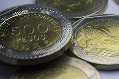 500 monedas de los Pesos colombianos Macro de la composición de las monedas Foto de archivo