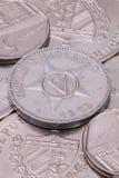 Monedas de los Pesos cubanos en la tabla Foto de archivo