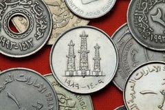 Monedas de los United Arab Emirates Torres de perforación de aceite imágenes de archivo libres de regalías