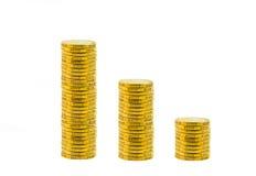 Monedas de oro aisladas en blanco Imágenes de archivo libres de regalías