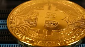 Monedas de oro de Bitcoin almacen de metraje de vídeo