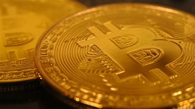 Monedas de oro de Bitcoin almacen de video