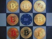 Monedas de oro de Bitcoin en tablero de ajedrez con el microprocesador del casino fotografía de archivo