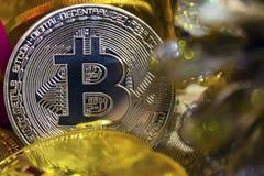 Monedas de oro de bitcoins en medio de los regalos del ` s del Año Nuevo Imagenes de archivo