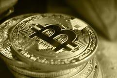 Monedas de oro de bitcoins en medio de los regalos del ` s del Año Nuevo Fotografía de archivo libre de regalías