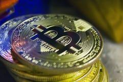 Monedas de oro de bitcoins en medio de los regalos del ` s del Año Nuevo Imágenes de archivo libres de regalías