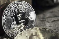 Monedas de oro de bitcoins en medio de los regalos del ` s del Año Nuevo, blancos y negros Imágenes de archivo libres de regalías