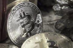 Monedas de oro de bitcoins en medio de los regalos del ` s del Año Nuevo, blancos y negros Foto de archivo libre de regalías