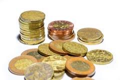 Monedas de oro checas en un fondo blanco Fotografía de archivo libre de regalías