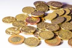 Monedas de oro checas en un fondo blanco Foto de archivo