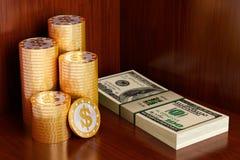 Monedas de oro con símbolo del dólar Imágenes de archivo libres de regalías