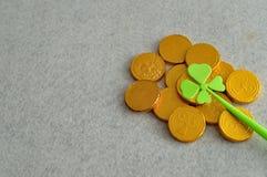 Monedas de oro con un trébol Fotos de archivo libres de regalías