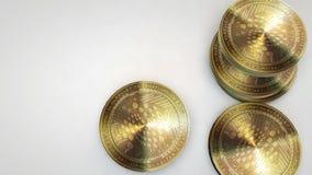 Monedas de oro de la iota que caen en el fondo blanco libre illustration