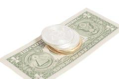Monedas de oro del bitcoin de la plata del extremo en U S Dólar Imagen de archivo libre de regalías