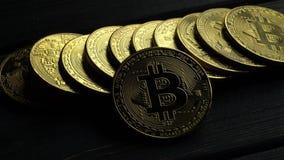 Monedas de oro del bitcoin de la moneda del comercio electrónico en la tabla gris Cierre para arriba metrajes