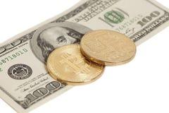 Monedas de oro del bitcoin y cientos billetes de banco del dólar Fotos de archivo