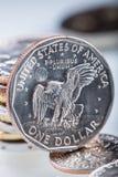 Monedas de oro del dólar El dólar de los E.E.U.U. acuña la situación en el borde apoyado en monedas Imagenes de archivo