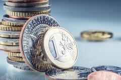 Monedas de oro del dólar El dólar de los E.E.U.U. acuña la situación en el borde apoyado en monedas Foto de archivo libre de regalías