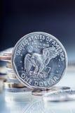 Monedas de oro del dólar El dólar de los E.E.U.U. acuña la situación en el borde apoyado en monedas Imágenes de archivo libres de regalías