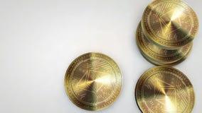 Monedas de oro del ethereum que caen en el fondo blanco stock de ilustración