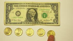 5 monedas de oro diez-alrededor de los billetes de banco de papel de dólares de EE. UU. almacen de metraje de vídeo