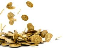 Monedas de oro que caen aisladas foto de archivo libre de regalías